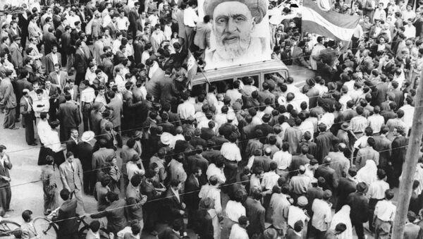 Des foules de partisans du Premier ministre Mossadegh se rassemblent autour d'un immense portrait de Mullah Kashani, l'un des puissants partisans du régime de Mossadegh, à Téhéran, le 13 décembre 1951 - Sputnik France