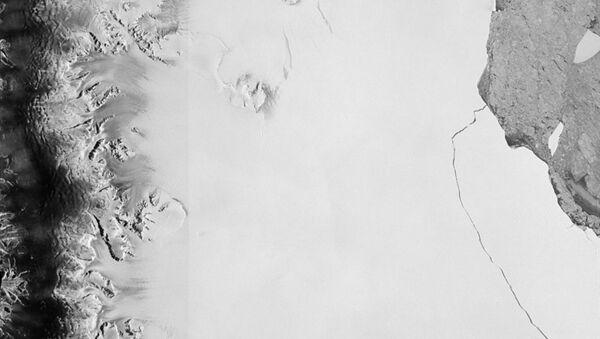 Un iceberg de mille milliards de tonnes, l'un des plus gros jamais vus, s'est détaché de la plate-forme de glace Larsen C du continent Antarctique - Sputnik France