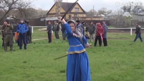 Vous devez à tout prix voir ça: ces filles russes dansent avec des sabres - Sputnik France
