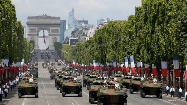 Tanks roll down the Champs-Elysee avenue with the Arc de Triomphe in the background during the traditional Bastille Day military parade in Paris, France, July 14, 2017. - Sputnik France