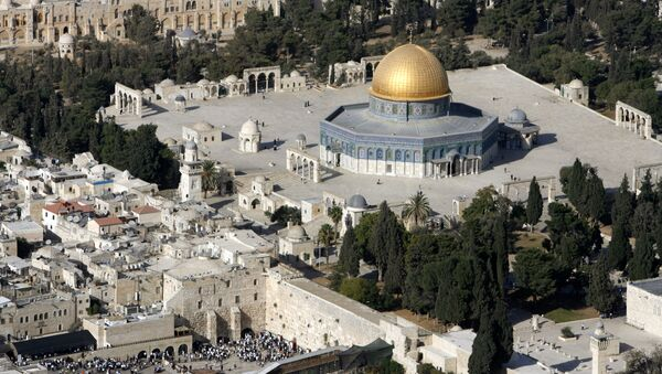 An aerial view shows the Dome of the Rock (R) on the compound known to Muslims as the Noble Sanctuary and to Jews as Temple Mount, and the Western Wall (L) in Jerusalem's Old City October 10, 2006 - Sputnik France