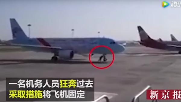 Entre-temps en Chine: un employé d'aéroport arrête un avion à mains nues - Sputnik France
