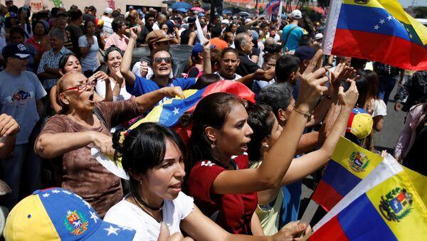 People chant slogans against Venezuela's President Nicolas Maduro - Sputnik France