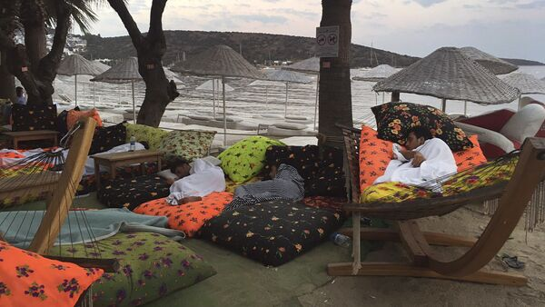 A man sleeps on the beachfront after spending the night outdoors following an earthquake in Bitez, a resort town about 6 kilometers (4 miles) west of Bodrum, Turkey, Friday, July 21, 2017 - Sputnik France