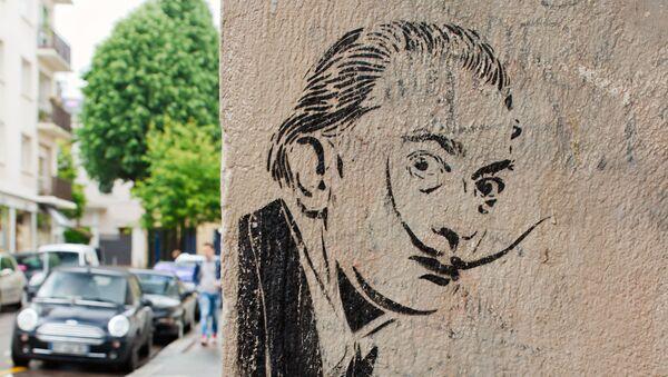 Un graffiti con el retrato de Salvador Dalí - Sputnik France