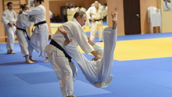 Президент России Владимир Путин на тренировке с членами сборной команды России по дзюдо - Sputnik France