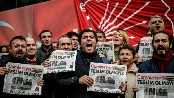 Protesters hold copies of the latest edition of the the Turkish daily newspaper Cumhuriyet as they shout slogans during a demonstration outside the newspaper's headquarters in Istanbul on November 1,2016 a day after its editor in chief was detained by police. - Sputnik France