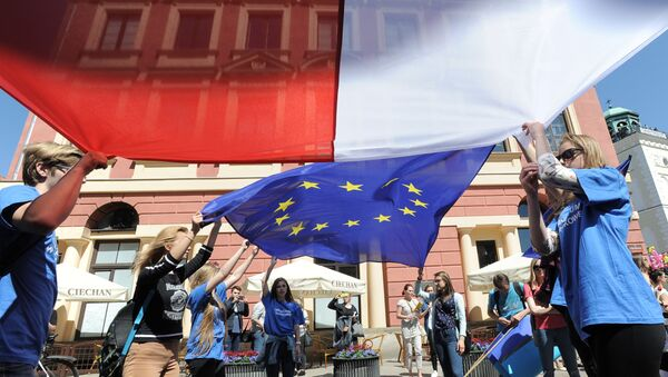 Young people wave Polish and European Union flags during the yearly Schumann Parade supporting EU ideas, in Warsaw, Poland, Saturday, May 7, 2016. - Sputnik France