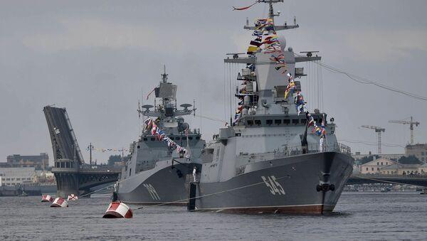 Défilé naval dans les eaux de la Neva consacré au Jour de la marine russe - Sputnik France