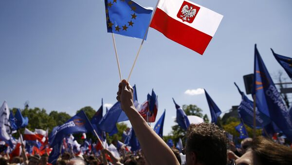 People wave EU and Polish flags as they march during anti-government demonstration organized by main opposition parties in Warsaw, Poland May 7, 2016. - Sputnik France