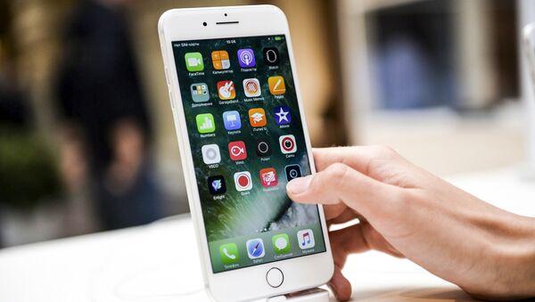 Новый смартфон iPhone 7 в торговом центре ГУМ в Москве - Sputnik France