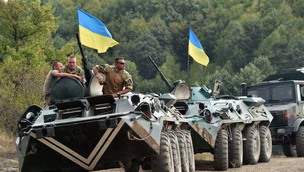 Ukrainian servicemen rest on their tank after taking part in military exercises on the shooting range of Ukrainian forces near Ghytomyr, some 150 km west of Kiev, on August 11, 2015. - Sputnik France