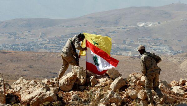 Des combattants du Hezbollah mettent des drapeaux libanais et du Hezbollah à Juroud Arsal, à la frontière syro-libanaise, le 25 juillet 2017. - Sputnik France