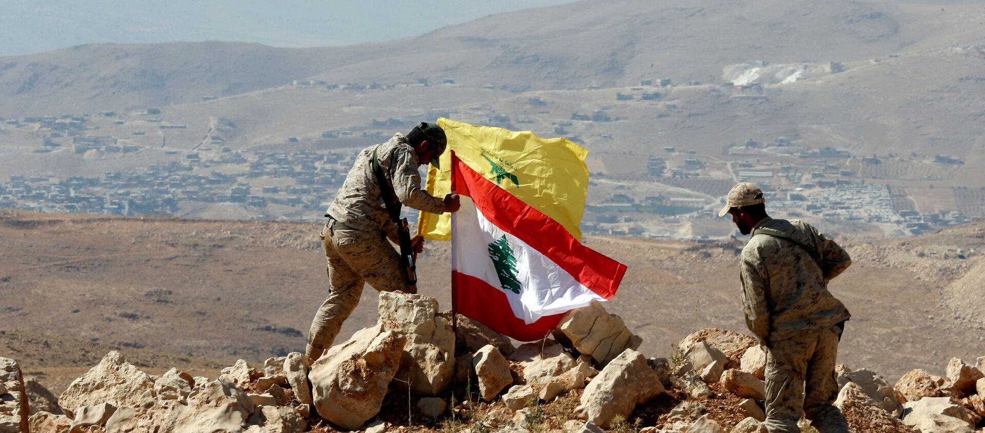 Los militares instalan las banderas de Hizbulá y Líbano en la frontera sirio-libanesa - Sputnik France, 1920, 17.06.2021
