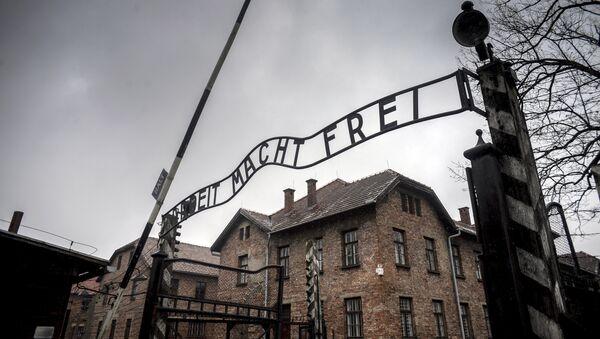 La porte d'entrée du camp de concentration d'Auschwitz (archive photo) - Sputnik France