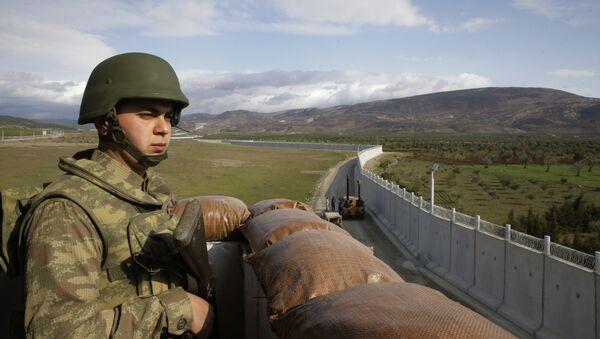 Un soldat de l'armée turque sur un avant-poste près de la ville de Kilis, dans le sud-est de la Turquie, à côté du mur que le pays avait construit pour renforcer la sécurité sur sa frontière avec la Syrie, le 2 mars 2017 - Sputnik France