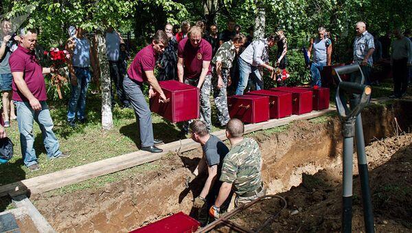 Une cérémonie funèbre dans le village estonien de Sinimäe, près de la frontière russe, organisée à l'occasion de la réinhumation des restes de 202 soldats soviétiques - Sputnik France