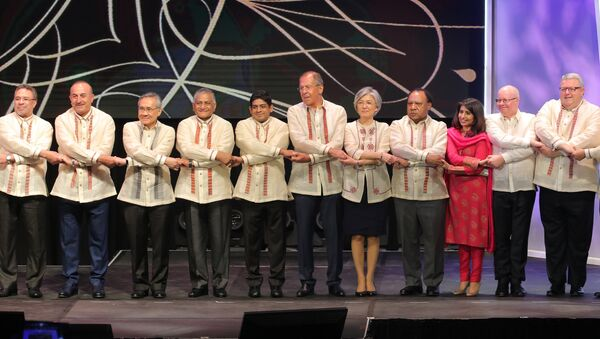 Russian Foreign Minister Sergei Lavrov during a joint photo-op with foreign ministers of ASEAN member states before the official gala dinner on the sidelines of the ASEAN regional security summit in Malina, Philippines - Sputnik France