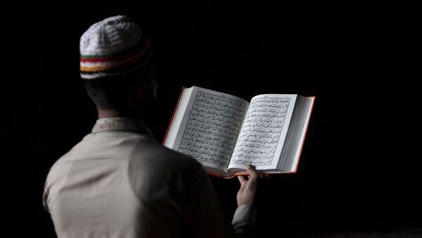 Un musulman lisant le Coran (photo d'archives) - Sputnik France