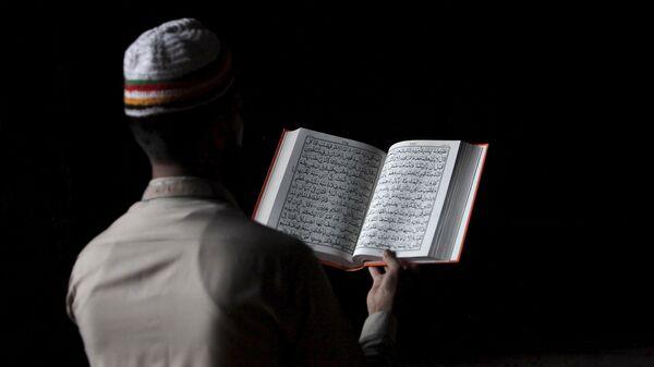 Un musulman pakistanais lisant le Coran (photo d'archives) - Sputnik France