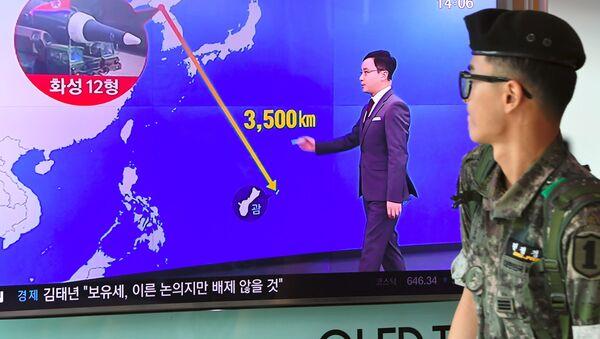 Солдат южнокорейской армии проходит мимо телевизора с новостным выпуском в Сеуле - Sputnik France