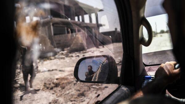 Члены Сирийских демократических сил на восточном фронте города Ракка при попытке освобождения города от ИГ (запрещена в России), Сирия - Sputnik France