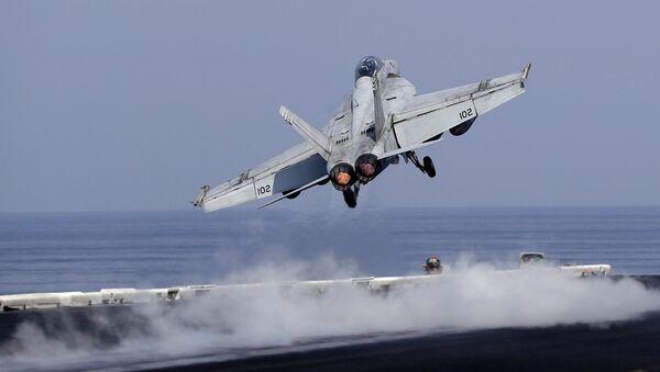 Un caza estadounidense despega de un portaviones de EEUU para apoyar la operación antiterrorista en Siria e Irak (archivo) - Sputnik France