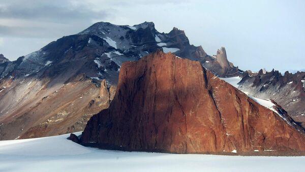Une chaîne de montagnes près de la station russe Novolazarevskaya en Antarctique - Sputnik France