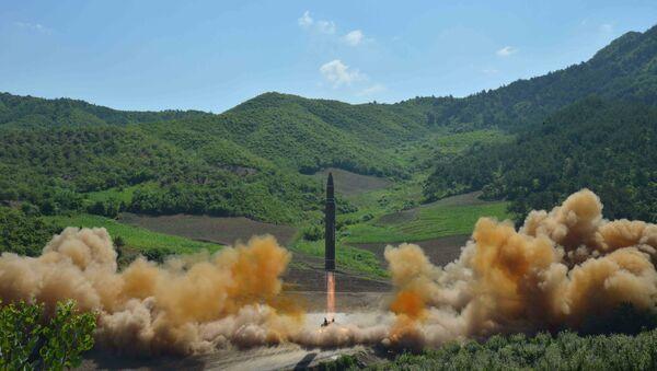 Le missile balistique intercontinental Hwasong-14 lors d'un tir d'essai, le 4 juillet 2017  - Sputnik France