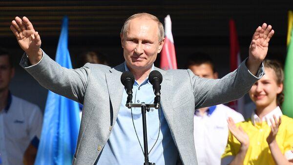 Путин на церемонии открытия 7-й смены Улыбка Саманты во время посещения международного детского центра Артек в Крыму - Sputnik France