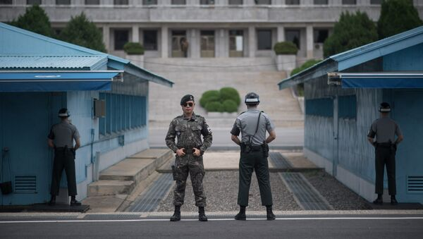 In a photo taken on August 2, 2017 South Korean soldiers stand guard before North Korea's Panmon Hall (rear C) and the military demarcation line separating North and South Korea, at Panmunjom, in the Joint Security Area (JSA) of the Demilitarized Zone (DMZ). - Sputnik France