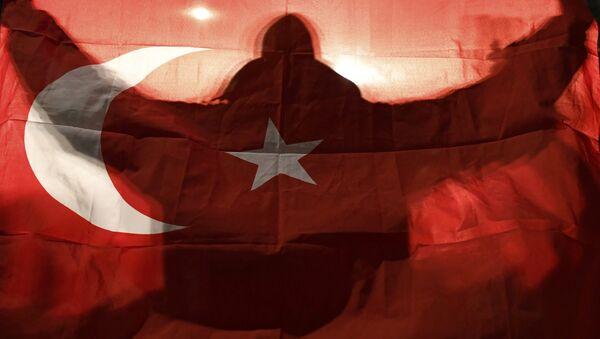 Ein Demonstrant hält eine türkische Flagge vor dem türkischen Konsulat in Rotterdam (Niederlande). - Sputnik France