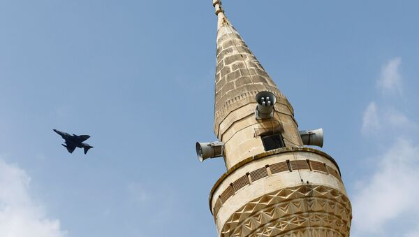 A Turkish Air Force F-4 fighter jet flies over a minaret after it took off from Incirlik air base in Adana, Turkey, August 12, 2015. - Sputnik France
