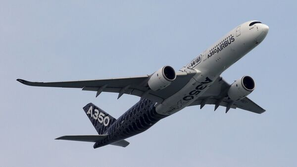An Airbus A350 flies past during a preview aerial display of the Singapore Airshow at Changi exhibition center in Singapore February 14, 2016 - Sputnik France