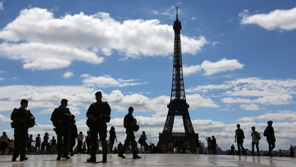 French soldiers of the Sentinelle operation, patrol at the Trocadero esplanade, in front of the Eiffel tower, on June 25, 2017, in Paris. - Sputnik France