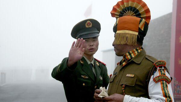 Un soldat chinois face à un militaire indien à la frontière dans l'Etat du Sikkim (nord-est) de l'Inde. - Sputnik France