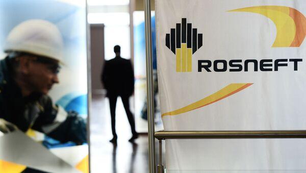 Баннеры с символикой компании Роснефть на острове Русский во Владивостоке - Sputnik France
