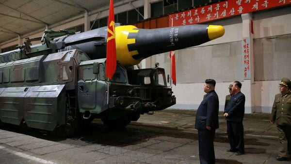 Kim Jong-un inspecciona el misile balístico estratégico Hwasong-12 - Sputnik France