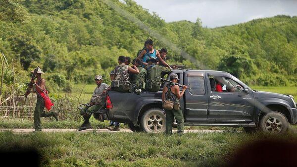 Myanmar soldiers patrol a road in Maungdaw - Sputnik France