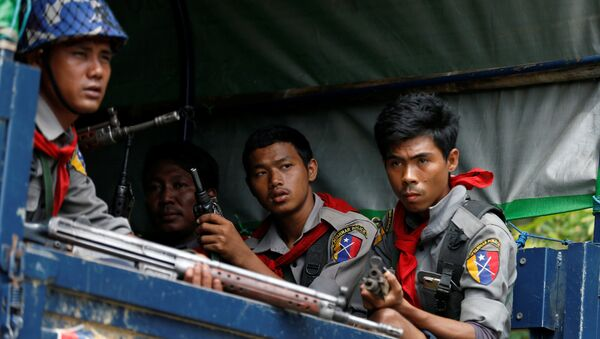 Myanmar police officers sit in a truck while patroling a road in Maungdaw in Myanmar - Sputnik France
