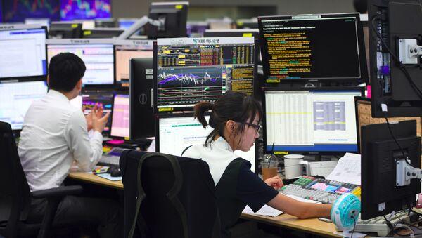 A currency dealer monitors exchange rates in a trading room at the KEB Hana Bank in Seoul on September 4, 2017. - Sputnik France