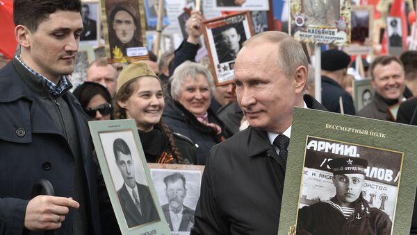 Президент РФ В. Путин принял участие в шествии Бессмертный полк - Sputnik France