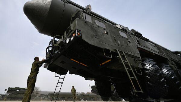 Транспортно-пусковой контейнер комплекса РС-24 Ярс во время подготовки военной техники, участвующей в Параде Победы. - Sputnik France