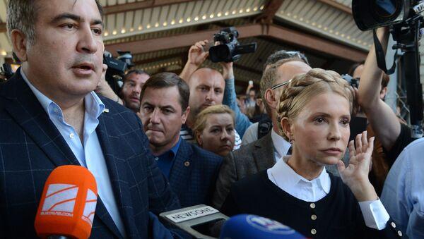 Экс-президент Грузии, бывший губернатор Одесской области Михаил Саакашвили и лидер всеукраинского объединения Батькивщина Юлия Тимошенко на железнодорожном вокзале в польском Пшемышле - Sputnik France