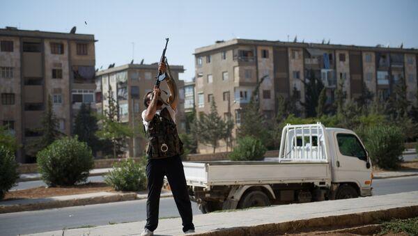 Un rebelle tire d'un fusil d'assaut de type AK-47 contre un hélicoptère de l'armée syrienne - Sputnik France