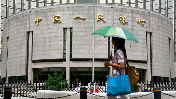 A pedestrian walks past the People's Bank of China, also known as China's Central Bank in Beijing, 22 August 2007. - Sputnik France