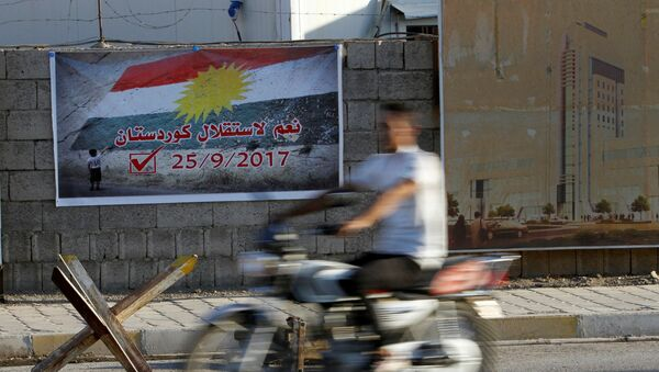 A man rides a motorcycle past a banner that reads Yes for the independence of Kurdistan in Kirkuk, Iraq September 10, 2017. - Sputnik France