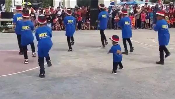 La danse fantastique d'un petit Vietnamien - Sputnik France