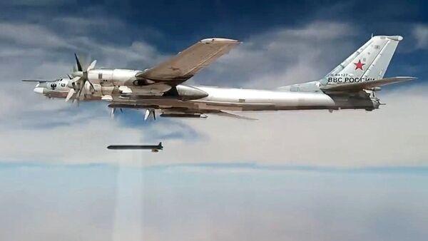 Un bombardier stratégique Tu-95MS frappe des sites des terroristes dans les provinces syriennes d'Idlib et de Deir ez-Zor - Sputnik France