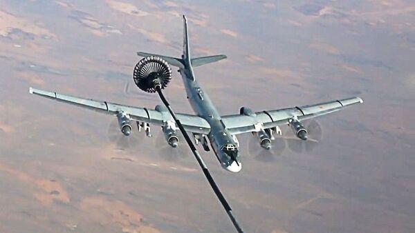 Un Tu-95MS se ravitaille en vol avant de frapper les terroristes en Syrie - Sputnik France